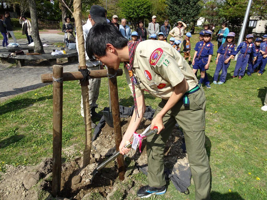 渡辺議員に最初の土入れをしてもらい、スカウト、指導者、団委員、親の会全員で植樹祭